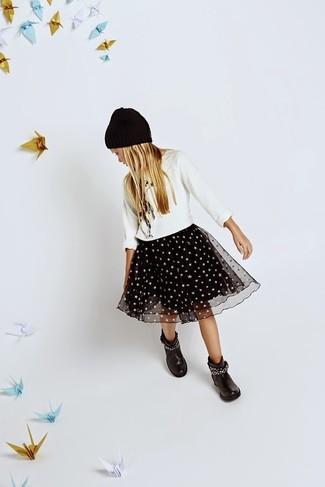 Cómo combinar: gorro negro, botas negras, falda de tul negra, jersey blanco