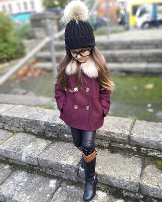 Cómo combinar: gorro negro, botas negras, leggings de cuero negros, abrigo morado