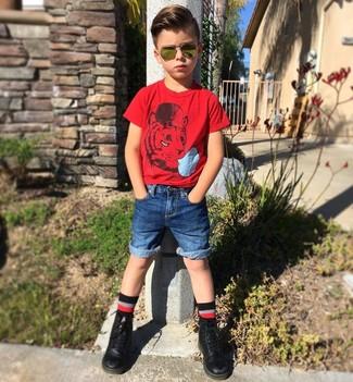 Cómo combinar: calcetines negros, botas negras, pantalones cortos vaqueros azules, camiseta roja