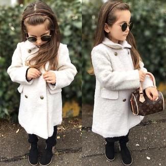 Cómo combinar: botas negras, pantalones negros, abrigo blanco