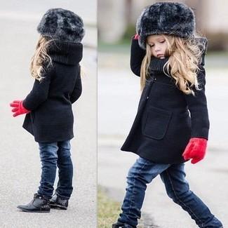 Cómo combinar: guantes rojos, botas negras, vaqueros azul marino, abrigo negro