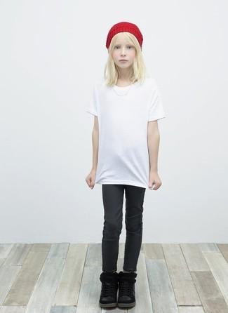 Cómo combinar: gorro rojo, botas negras, vaqueros negros, camiseta blanca