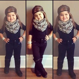 Cómo combinar: bufanda de leopardo blanca, botas negras, vaqueros negros, camiseta negra