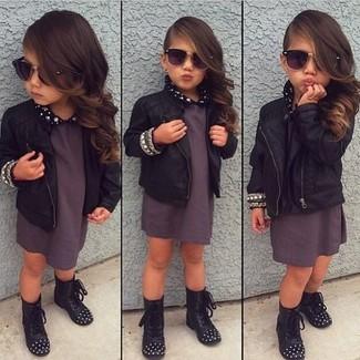 Cómo combinar: botas negras, vestido en gris oscuro, chaqueta de cuero negra