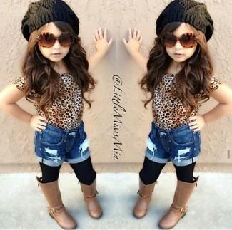 Cómo combinar: gorro negro, botas marrónes, pantalones cortos vaqueros azules, camiseta de leopardo marrón claro