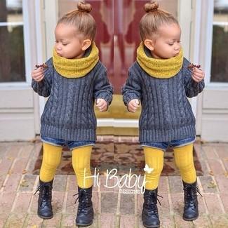 Cómo combinar: bufanda amarilla, botas negras, pantalones cortos vaqueros azules, jersey gris