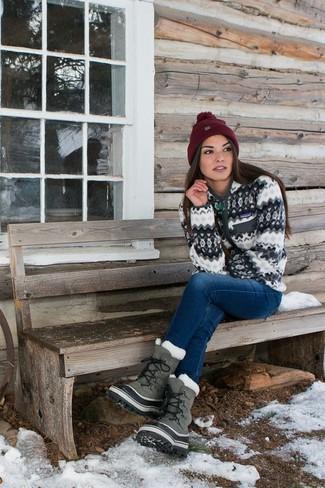 Cómo combinar: gorro burdeos, botas para la nieve grises, vaqueros azules, jersey con cremallera blanco
