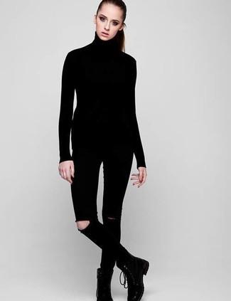Cómo combinar: botas planas con cordones de cuero negras, vaqueros pitillo desgastados negros, jersey de cuello alto negro