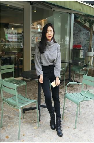 Outfits mujeres: Empareja un jersey de cuello alto gris junto a unos vaqueros pitillo negros para un almuerzo en domingo con amigos. ¿Quieres elegir un zapato informal? Usa un par de botas planas con cordones de cuero negras para el día.