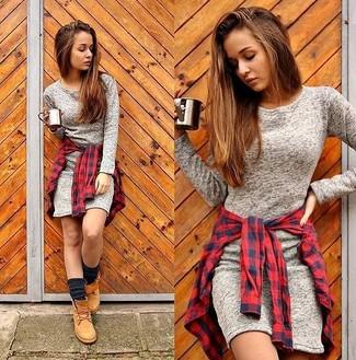 Cómo combinar: botas planas con cordones de nubuck marrón claro, camisa de vestir de cuadro vichy en rojo y azul marino, vestido ajustado gris