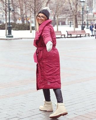 Cómo combinar: gorro de punto en gris oscuro, botas planas con cordones de ante en beige, pantalones pitillo de cuero negros, abrigo de plumón rojo