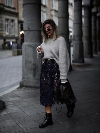 Outfits mujeres: Ponte un jersey oversized gris y una falda midi de encaje negra para una apariencia fácil de vestir para todos los días. Para darle un toque relax a tu outfit utiliza botas planas con cordones de cuero negras.