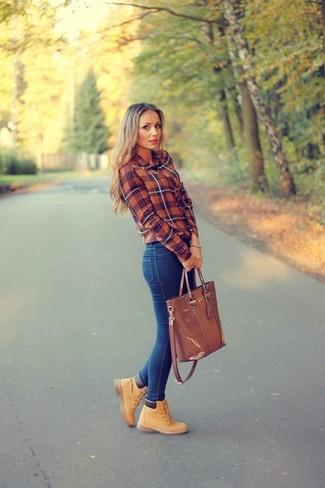 Cómo combinar: bolsa tote de cuero marrón, botas planas con cordones de nubuck marrón claro, vaqueros pitillo azules, camisa de vestir de tartán roja