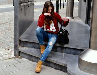 Cómo combinar: mochila con cordón de cuero negra, botas planas con cordones de ante marrón claro, vaqueros pitillo desgastados azules, jersey con cuello circular estampado en rojo y blanco