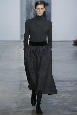 Cómo combinar: medias negras, botas planas con cordones de cuero negras, falda midi plisada en gris oscuro, jersey de cuello alto en gris oscuro