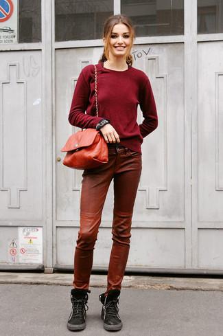Cómo combinar: bolso bandolera de cuero rojo, botas planas con cordones de ante negras, pantalones pitillo de cuero marrónes, jersey con cuello circular burdeos