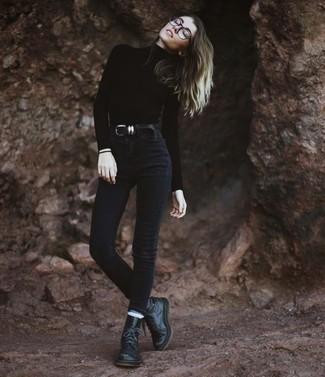 Combinar una correa de cuero negra: Emparejar un jersey de cuello alto negro con una correa de cuero negra es una opción incomparable para el fin de semana. Botas planas con cordones de cuero negras son una opción atractiva para completar este atuendo.
