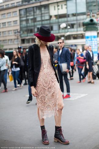 Cómo combinar: sombrero de lana negro, botas planas con cordones de cuero negras, vestido ajustado de encaje en beige, blazer de lana negro