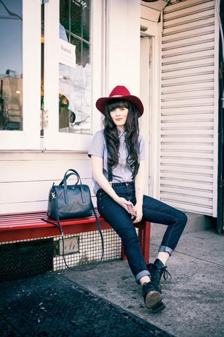 Cómo combinar: cartera de cuero azul marino, botas planas con cordones de cuero negras, vaqueros azul marino, camisa de vestir celeste