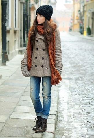 Cómo combinar: guantes de lana grises, botas planas con cordones de cuero en marrón oscuro, vaqueros desgastados azules, chaquetón marrón