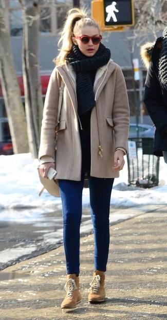 Cómo combinar: bolso bandolera de cuero en beige, botas planas con cordones de ante marrón claro, vaqueros pitillo azules, abrigo marrón claro