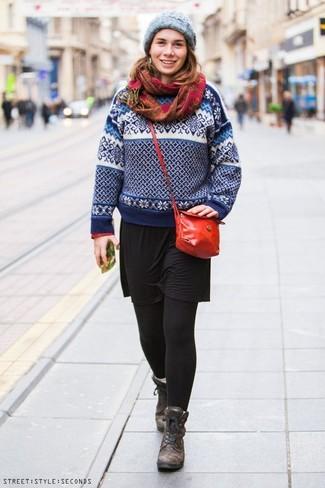 Look de moda: Bolso bandolera de cuero rojo, Botas planas con cordones de cuero en marrón oscuro, Vestido casual negro, Jersey con cuello circular de grecas alpinos en blanco y azul marino