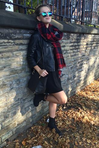 Cómo combinar: bolso bandolera de cuero negro, botas planas con cordones de ante negras, vestido jersey negro, chaqueta motera de cuero negra