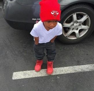 Cómo combinar: gorro rojo, botas rojas, vaqueros en gris oscuro, camiseta blanca