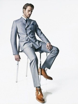 Combinar unos calcetines celestes: Para un atuendo que esté lleno de caracter y personalidad equípate un traje celeste junto a unos calcetines celestes. Elige un par de botas safari de cuero marrónes para mostrar tu inteligencia sartorial.
