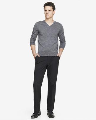 Cómo combinar: botas safari de cuero negras, pantalón de vestir negro, jersey de pico gris