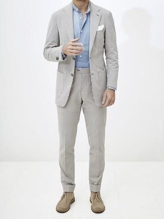 Combinar un traje de rayas verticales gris: Si buscas un estilo adecuado y a la moda, haz de un traje de rayas verticales gris y una camisa de manga larga celeste tu atuendo. ¿Quieres elegir un zapato informal? Opta por un par de botas safari de ante en beige para el día.