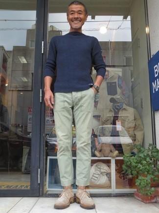 Combinar un pantalón chino en verde menta en clima cálido: La versatilidad de un jersey con cuello circular azul marino y un pantalón chino en verde menta los hace prendas en las que vale la pena invertir. Botas safari de ante en beige son una opción incomparable para completar este atuendo.