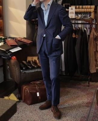 Combinar unas botas safari de ante en marrón oscuro: Equípate un traje azul marino junto a una camisa de vestir de rayas verticales celeste para rebosar clase y sofisticación. Si no quieres vestir totalmente formal, usa un par de botas safari de ante en marrón oscuro.