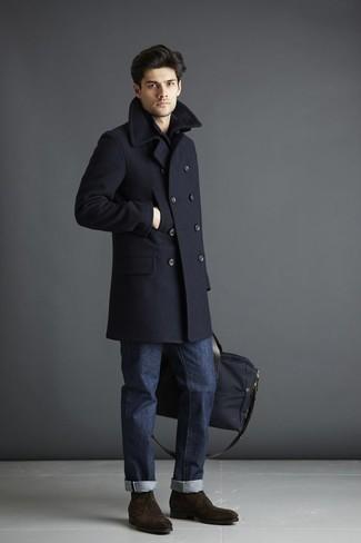 Combinar un bolso baúl de lona negro: Usa un abrigo largo azul marino y un bolso baúl de lona negro para un look agradable de fin de semana. Botas safari de ante en marrón oscuro proporcionarán una estética clásica al conjunto.