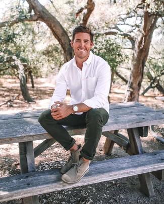 Look de moda: Reloj de cuero marrón, Botas safari de ante grises, Pantalón chino verde oscuro, Camisa de vestir blanca