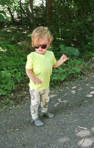 Cómo combinar: botas safari grises, pantalón de chándal en beige, camiseta amarilla