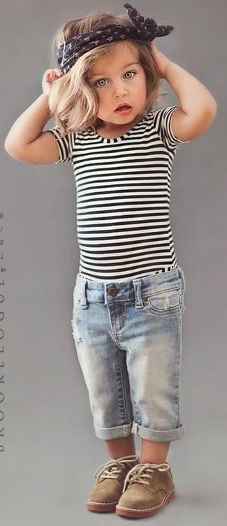 Cómo combinar: botas safari marrón claro, vaqueros celestes, camiseta de rayas horizontales en blanco y negro