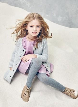 Cómo combinar: medias grises, botas safari marrón claro, vestido rosado, cárdigan gris