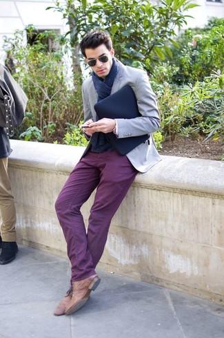 Combinar un pantalón chino morado: Empareja un blazer gris junto a un pantalón chino morado para después del trabajo. Botas safari de cuero marrónes son una opción grandiosa para completar este atuendo.