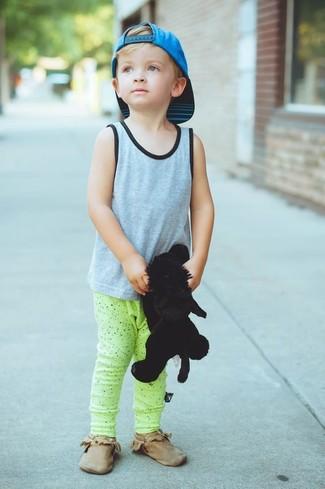 Cómo combinar: gorra de béisbol en turquesa, botas safari marrónes, pantalón de chándal en amarillo verdoso, camiseta sin mangas gris