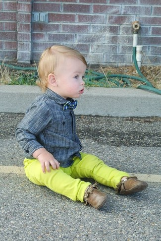 Cómo combinar: corbatín azul, botas safari marrónes, vaqueros en amarillo verdoso, camisa de manga larga gris