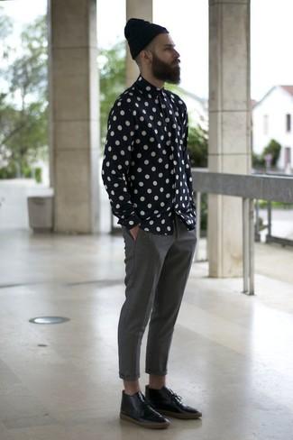 Cómo combinar: gorro negro, botas safari de cuero negras, pantalón chino gris, camisa de manga larga a lunares en negro y blanco