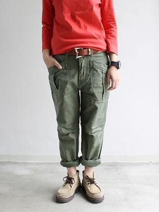 Cómo combinar: correa de cuero marrón, botas safari de ante en beige, pantalón cargo verde oliva, sudadera roja