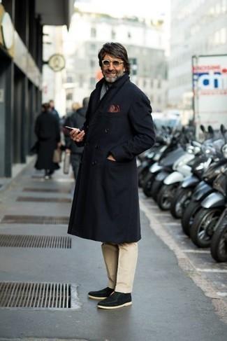 Combinar unas botas safari de ante negras: Usa un abrigo largo azul marino y un pantalón chino marrón claro para el after office. ¿Quieres elegir un zapato informal? Elige un par de botas safari de ante negras para el día.