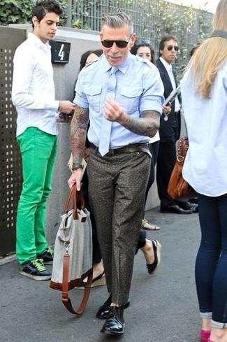 Combinar una bolsa tote de lona gris: Una camisa de manga corta celeste y una bolsa tote de lona gris son una opción grandiosa para el fin de semana. ¿Te sientes ingenioso? Dale el toque final a tu atuendo con botas safari de cuero negras.