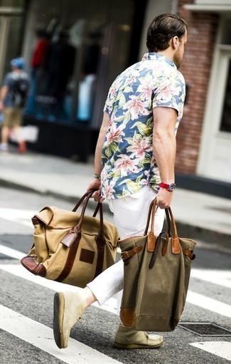 Combinar una pulsera: Utiliza una camisa de manga corta con print de flores azul y una pulsera transmitirán una vibra libre y relajada. Botas safari de ante en beige añaden la elegancia necesaria ya que, de otra forma, es un look simple.