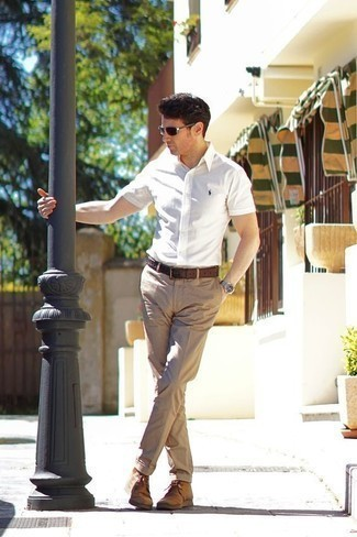 Outfits hombres en primavera 2021: Elige una camisa de manga corta blanca y un pantalón chino marrón claro para una apariencia fácil de vestir para todos los días. Botas safari de ante marrón claro son una opción práctica para completar este atuendo. Este look es una solución perfecta si tu en busca de un look primaveral.
