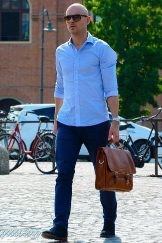 Combinar un pantalón chino con unas botas safari: Empareja una camisa de manga larga celeste con un pantalón chino para un look diario sin parecer demasiado arreglada. Un par de botas safari se integra perfectamente con diversos looks.