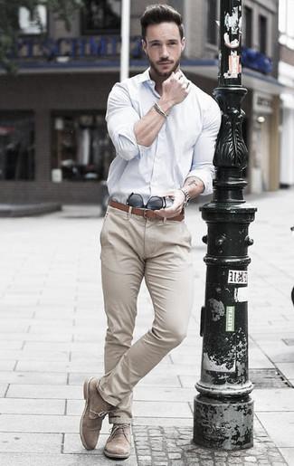 Cómo combinar: correa de cuero marrón, botas safari de ante en beige, pantalón chino en beige, camisa de vestir blanca