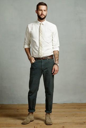 Cómo combinar: corbata de tartán en beige, botas safari de ante verde oliva, pantalón chino verde oscuro, camisa de vestir blanca